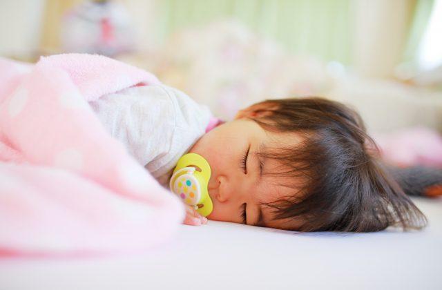すやすやと寝る赤ちゃん