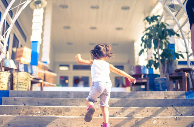 階段を走って登る女の子