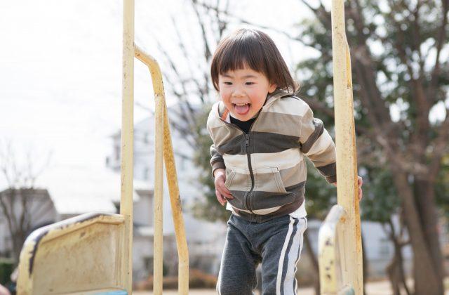 遊具で遊ぶ男の子