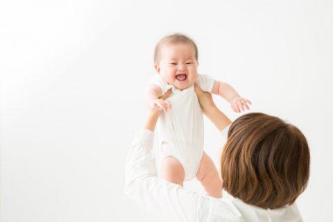 赤ちゃんを抱きあげる女性