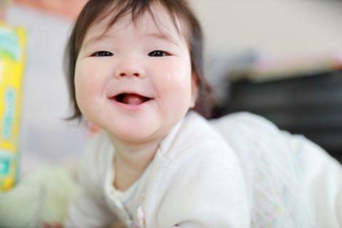 笑顔でカメラ目線の赤ちゃん