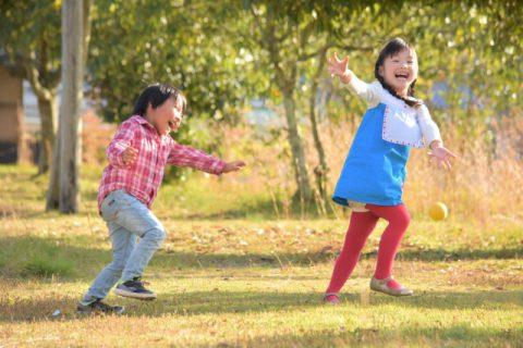 芝生で走る男の子と女の子