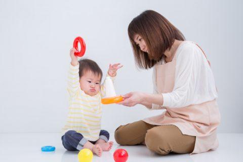 赤ちゃんと遊ぶ保育士