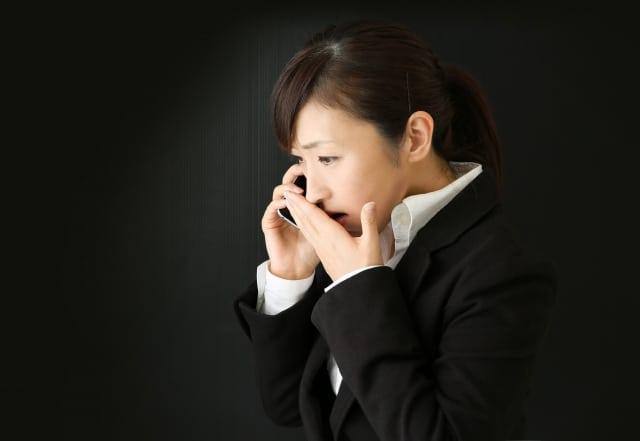 電話で困る女性
