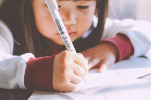 ペンを持つ女の子