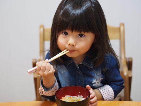 お箸を持つ女の子