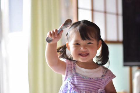 スプーンを持つ笑顔の女の子