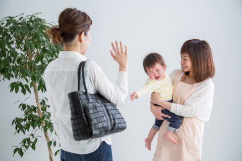 保育園に預けるママと泣く赤ちゃんと預かる保育士