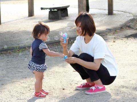 1歳児の特徴発達と遊び【言葉と月齢差 噛みひっかきが保育ポイント】