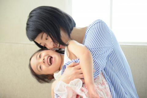 ママに抱っこされる女の子