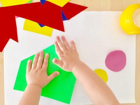 折り紙をする子供の手