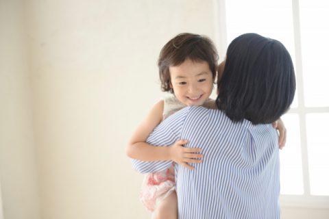 ママに抱かれる女の子