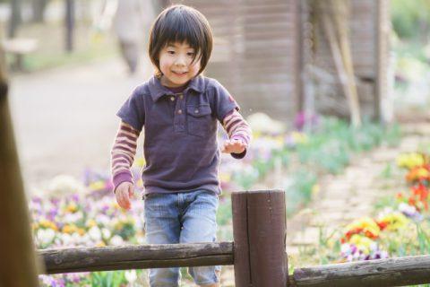 公園を歩く男の子