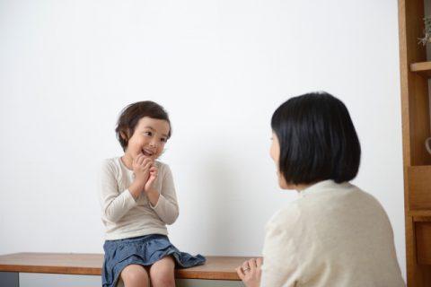 ママが女の子をトイレに誘う