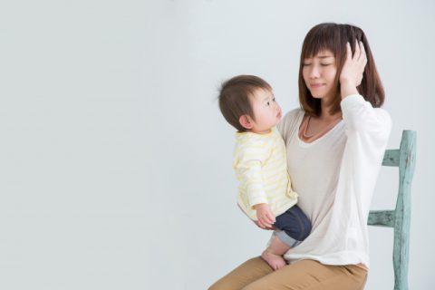 悩む女性と抱っこされる赤ちゃん