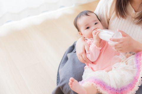 ミルクを泣きながら飲む赤ちゃん