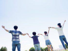 空を仰ぐ家族