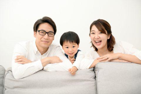 笑顔の子供とパパとママ