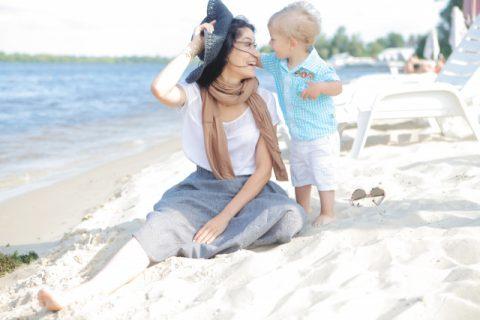 海辺であそぶ赤ちゃんとママ