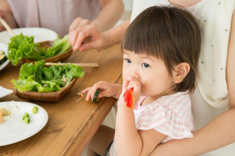 食べる2歳児