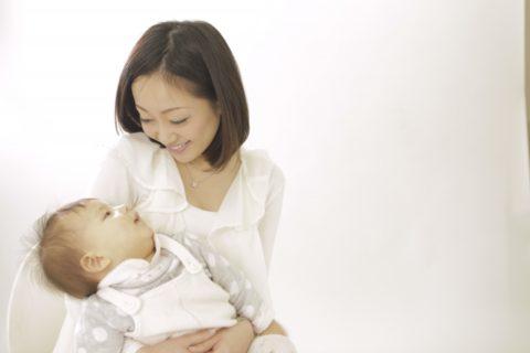 赤ちゃんを抱くまま