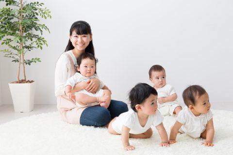 保育士が赤ちゃんを抱く