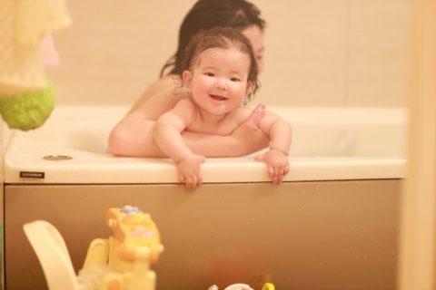 ママとお風呂に入る赤ちゃん