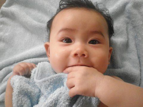 お風呂上がりの赤ちゃん