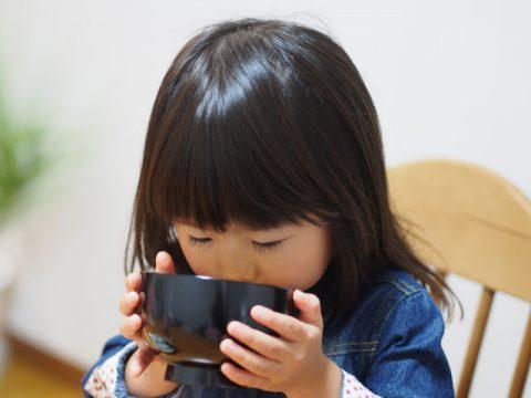 お汁を飲む女の子