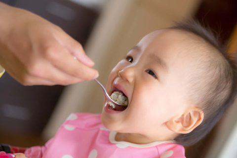 スプーンで食べる赤ちゃん