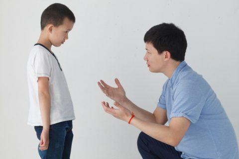 言い聞かせるお父さん