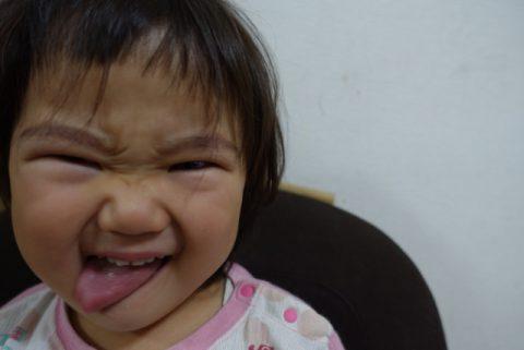 悪い顔をしている赤ちゃん