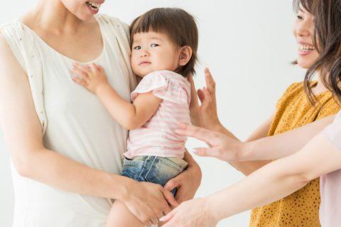 ママ達に抱っこをされる赤ちゃん
