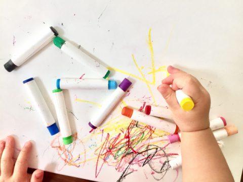 クレヨンを落とす方法を解説!壁や服や机についた汚れの落とし方