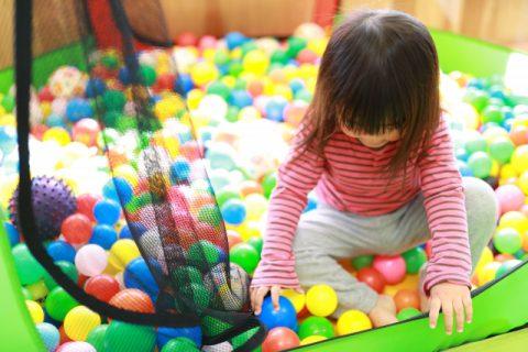 ボールプールで遊ぶ女の子