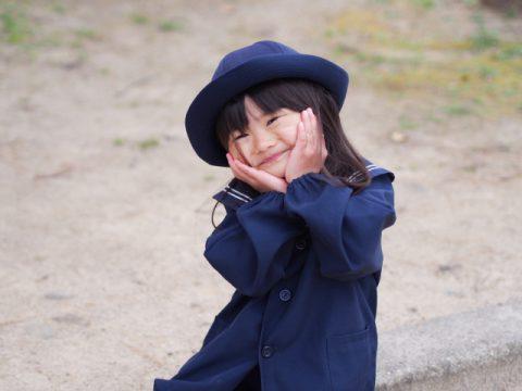 幼稚園の制服の女の子