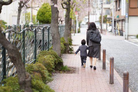 幼稚園へ向かうママと子供