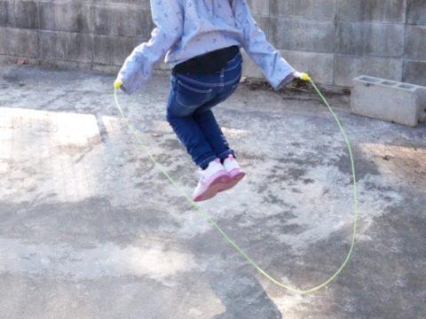 女の子が縄跳びを飛ぶ
