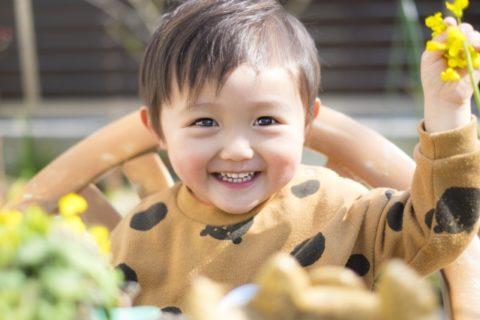 お花を持つ2歳の男の子