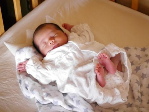新生児が夜に寝ないのは理由がある!放置せず赤ちゃんに付き合おう