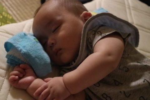 新生児が夜に寝ない理由や原因とは?【リズムと昼夜の区別】