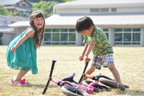 園庭で遊ぶ子供たち
