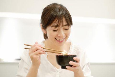 お味噌汁を飲む女性