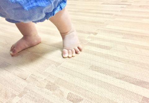 つかまり立ちをして踏ん張っている赤ちゃんの足