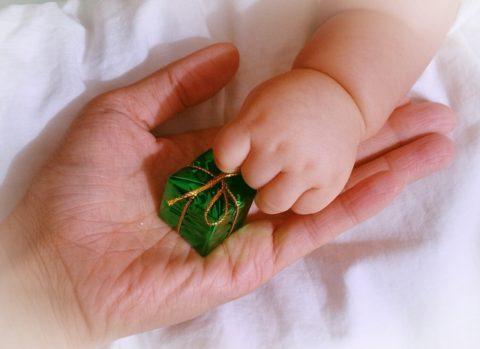 プレゼントを持つ赤ちゃんの手