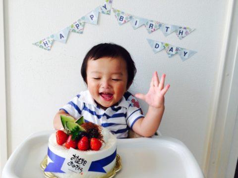 ケーキに喜ぶ赤ちゃん