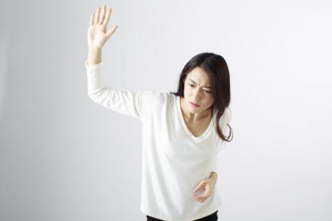 手を振り上げる女性