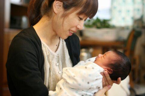 新生児の授乳が短い理由【寝るときは起こすべき?】