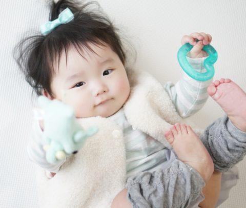 赤ちゃんが手足をバタバタ!激しい時は病気なのか?病院受診と注意点