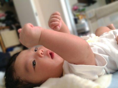 新生児の赤ちゃんが手足バタバタする理由と対処法!激しく荒いは痙攣